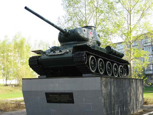 Monument voor de Tanktroepen (T-34/85 Tank) Chernushka
