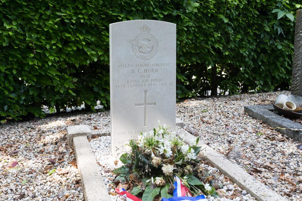 Oorlogsgraf van het Gemenebest Nederlands Hervormde Begraafplaats Bergharen