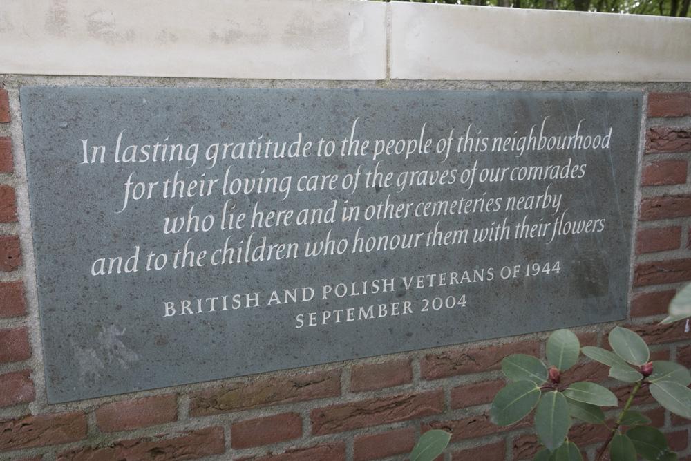 Plaquette Britse en Poolse Veteranen 1944 Oorlogsbegraafplaats van het Gemenebest Arnhem Oosterbeek