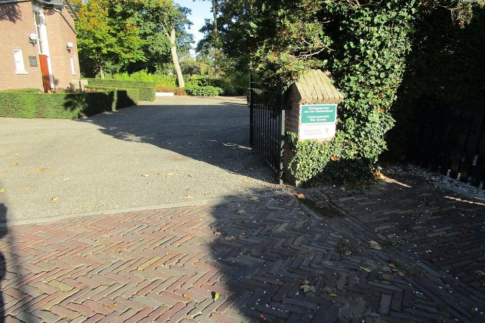 Oorlogsgraven van het Gemenebest Protestantse Begraafplaats Strijen