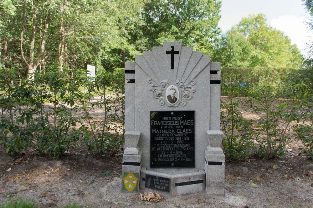 Begraafplaats Ravels Graf Oud-Strijder 14-18 en Oorlogsslachtoffer