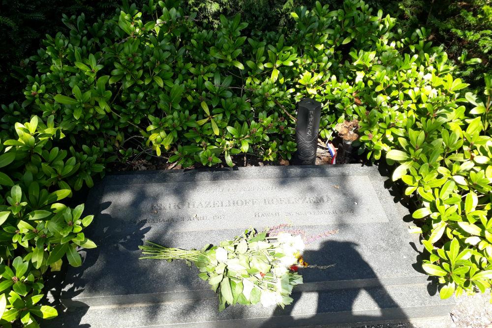 Monument & Urn Erik Hazelhoff Roelfzema Wassenaar