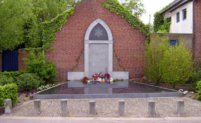 16-05: Joods monument in Cuijk beklad met verf en tekst 'free Palestina'