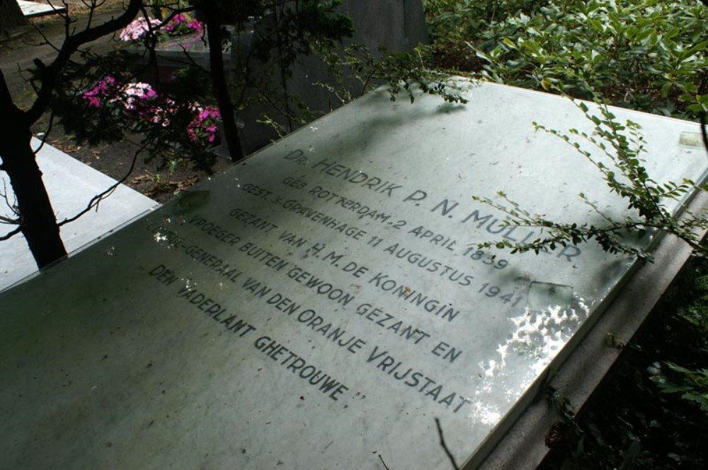 Oud Eik en Duinen Cemetery