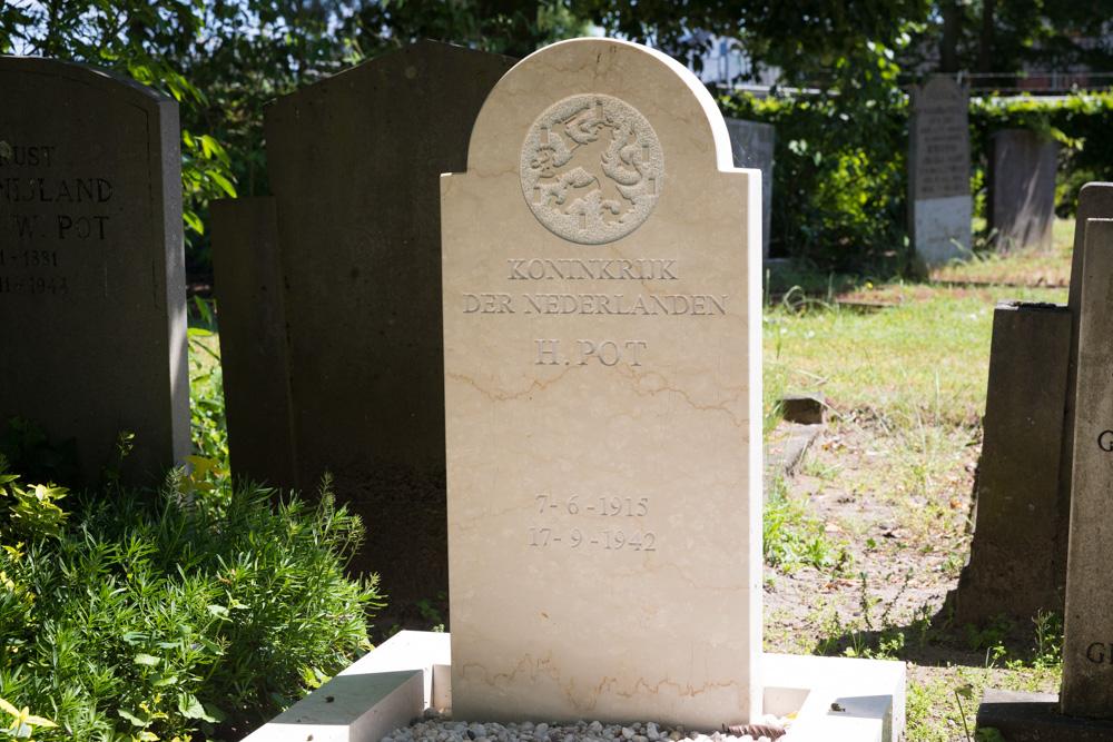 Nederlandse Oorlogsgraven Oude Begraafplaats Holten