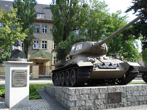 Monument 1e Pantserkorps (T-34/85 Tank)