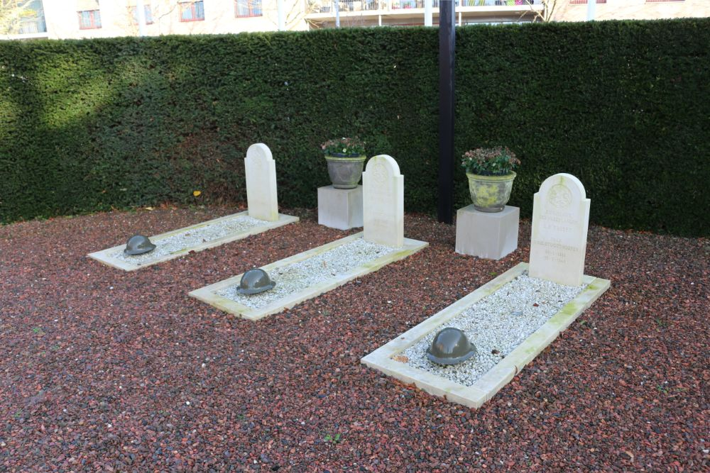 Dutch War Graves Honor Churchyard Beneden-Leeuwen
