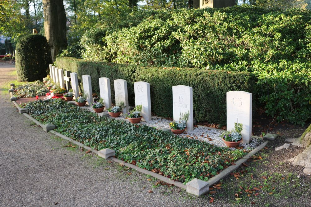 Commonwealth War Graves Roman Catholic Churchyard Sint-Oedenrode