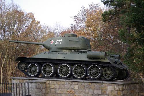 T-34/85 Tanks Sovjet Oorlogsbegraafplaats Baruth