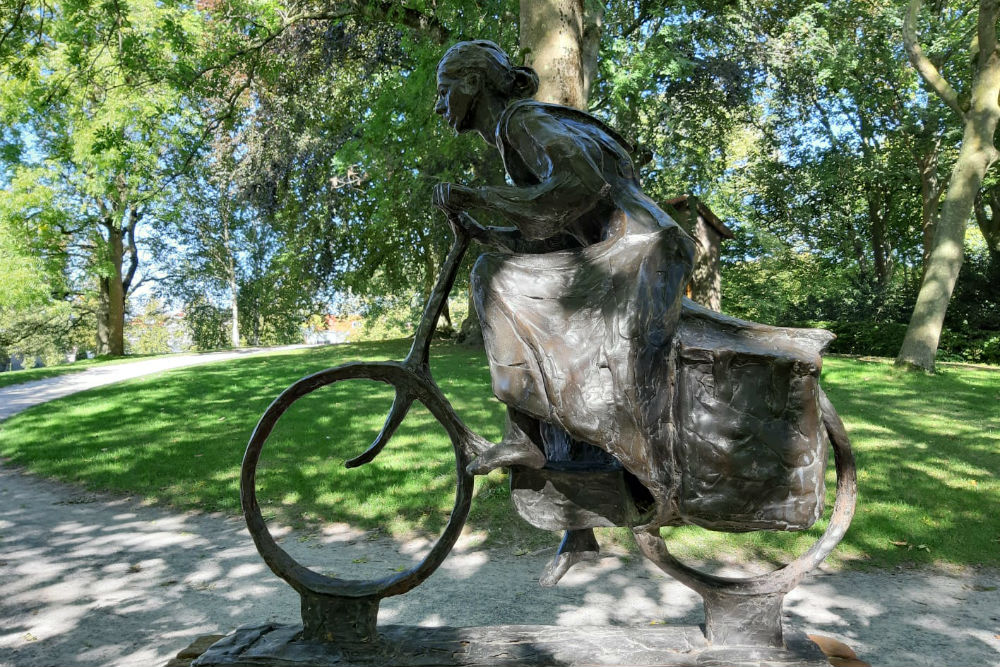 Monument Vrouw op Voedseltocht Leeuwarden