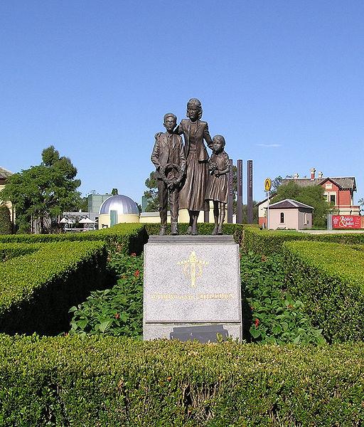 Standbeeld Weduwe en Kinderen