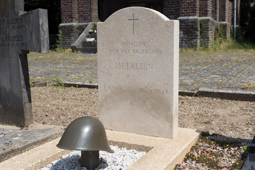 Dutch War Grave R.C. Cemetery St. Maria ten Hemelopneming Beugen