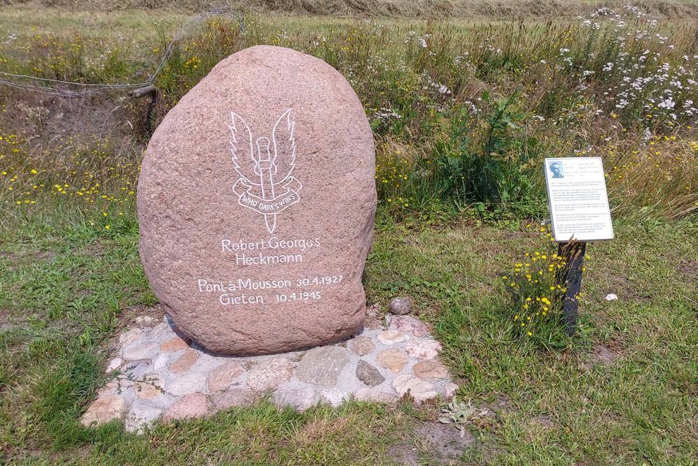Monument parachutist Robert Heckmann