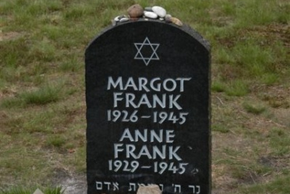 Graven Slachtoffers & Symbolische Grafstenen Concentratiekamp Bergen-Belsen