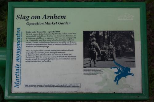 Informatiepaneel Slag om Arnhem - Duiker onder de spoorlijn