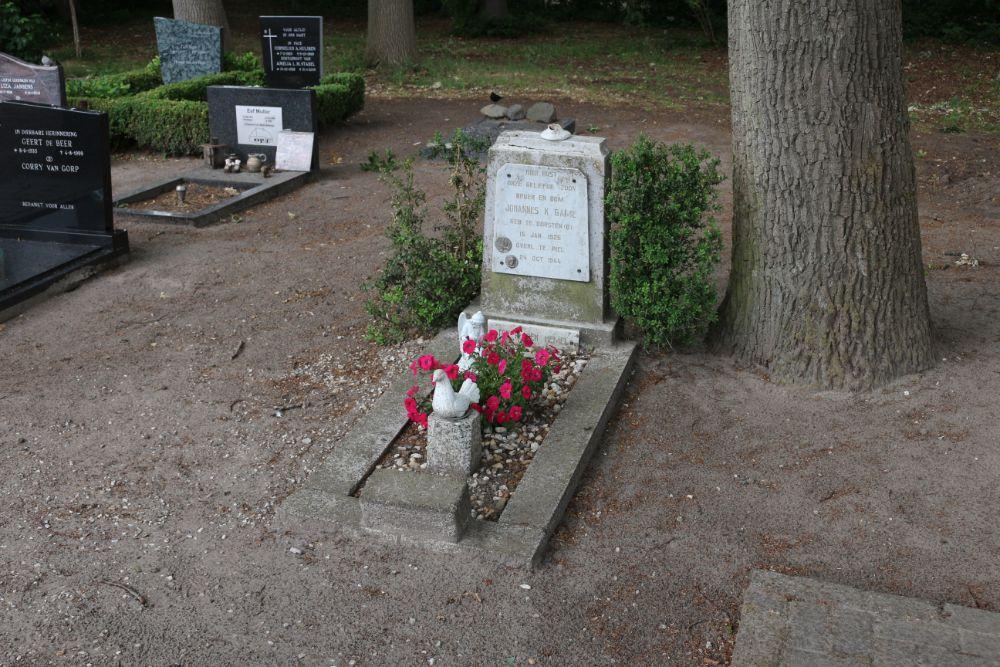 Graf Burgerslachtoffer Rooms Katholieke Begraafplaats Riel