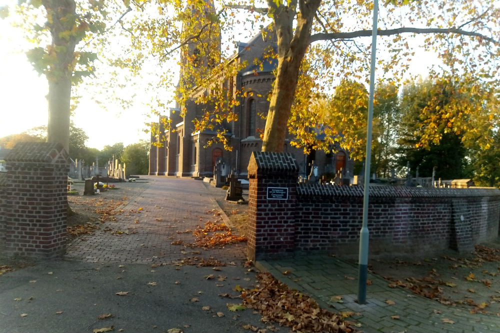 Commonwealth War Graves Roman Catholic Churchyard Linne