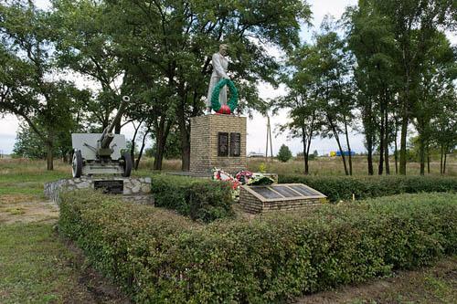Massagraf Sovjetsoldaten & Oorlogsmonument Dmytrivka