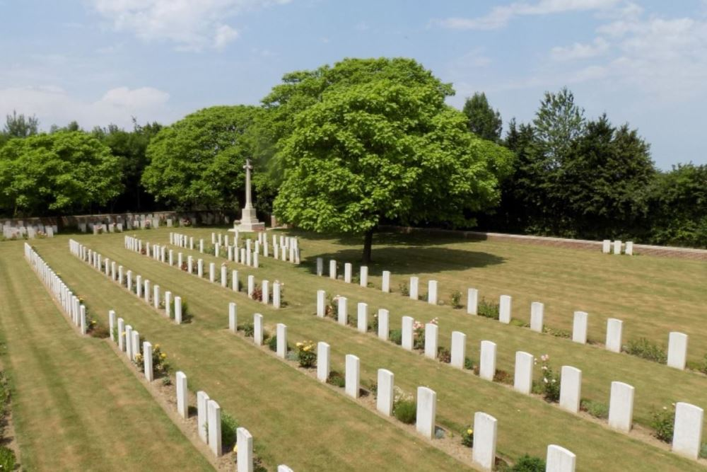 Commonwealth War Cemetery Foncquevillers