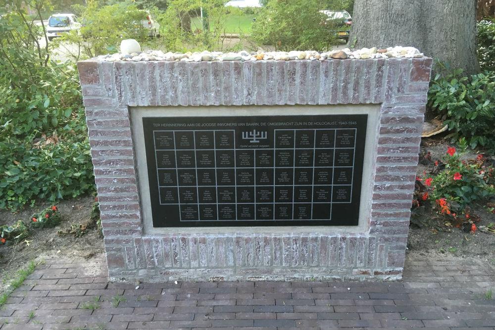 Bloemenkransen bij Joods monument in Baarn vernield