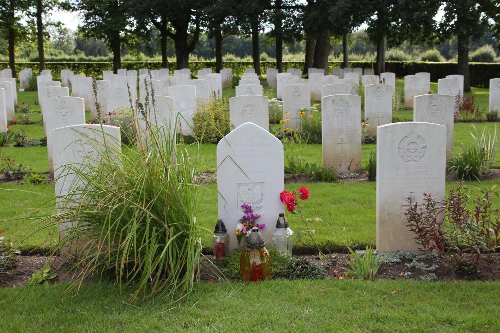 Polish Grave Commonwealth War Cemetery Hotton