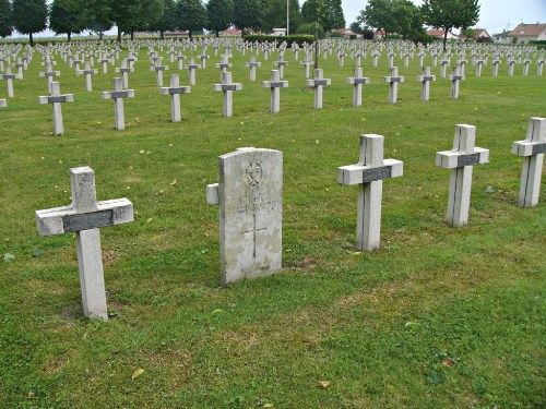 Oorlogsgraf van het gemenebest franse oorlogsbegraafplaats for Piscine de suippes