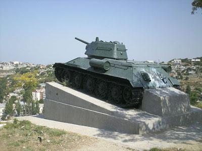 Massagraf Sovjet Soldaten 'Groene Heuvel' (T-34/76 Tank)