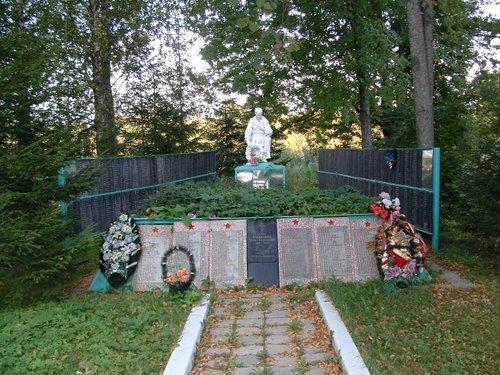 Massagraf Sovjetsoldaten & Oorlogsmonument Chumazovo