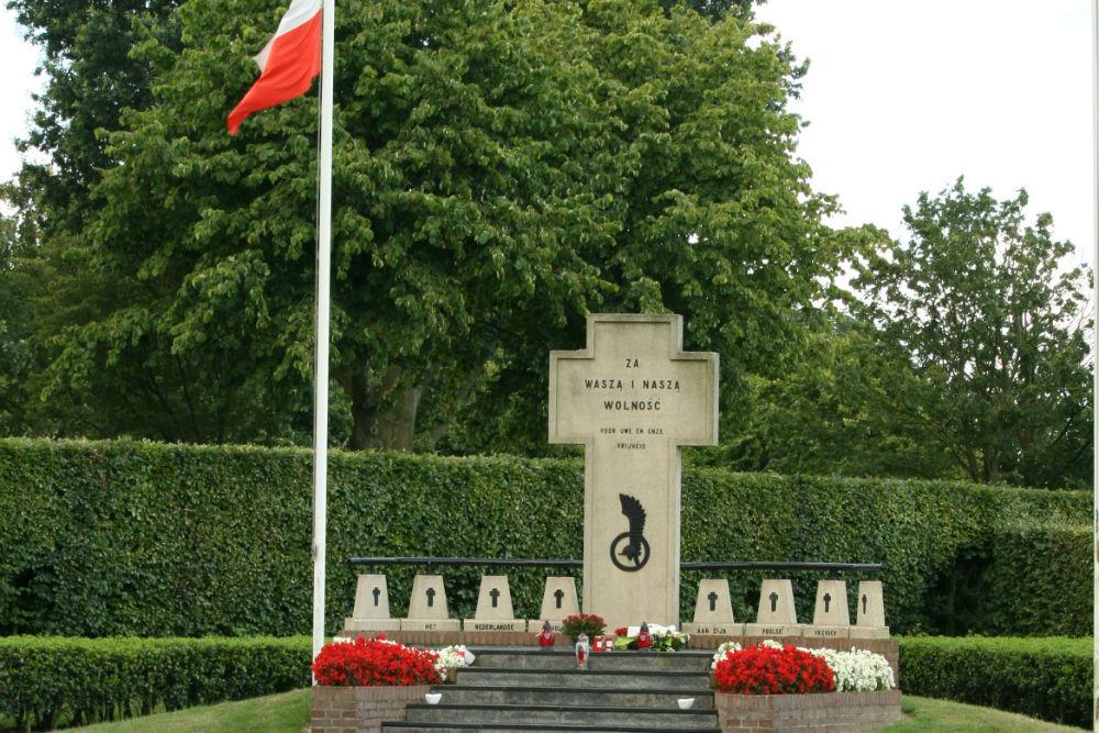 Monument op Poolse Oorlogsbegraafplaats