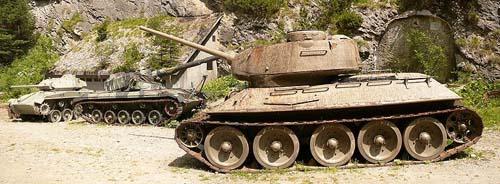 T-34/85 & M24 Chaffee Tank Nauders