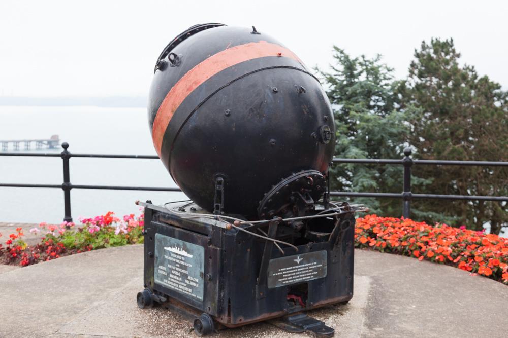 Oorlogsmonument met Zeemijn Milford Haven